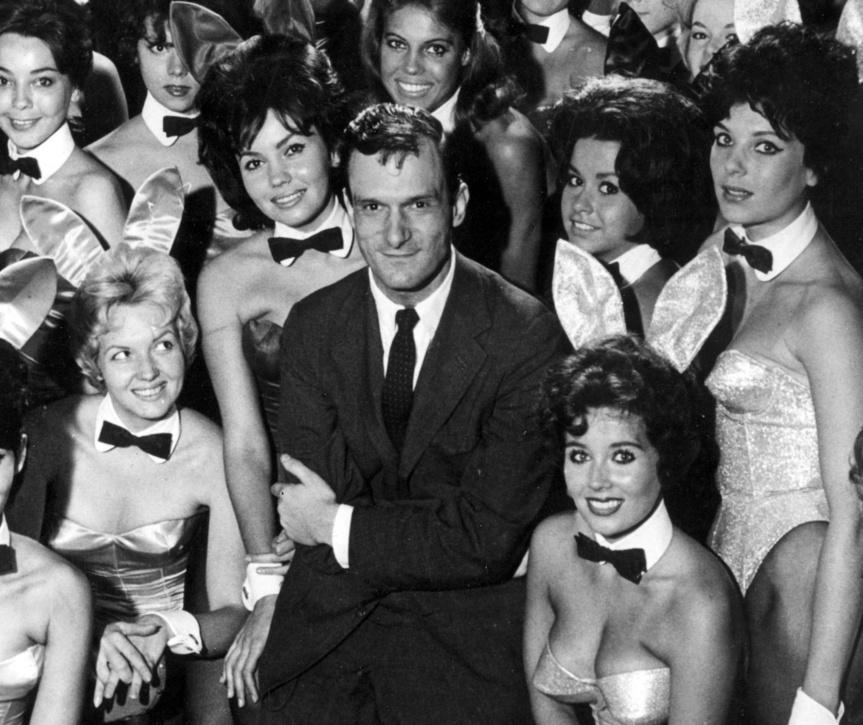 Hugh Hefner en 1963, rodeado por algunas de las conejitas del club Playboy de Chicago.
