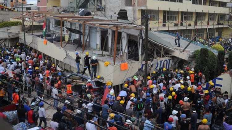 Rescatistas y voluntarios trabajan en las tareas de rescate en el Colegio Enrique Rebsamen . (EFE/STR)