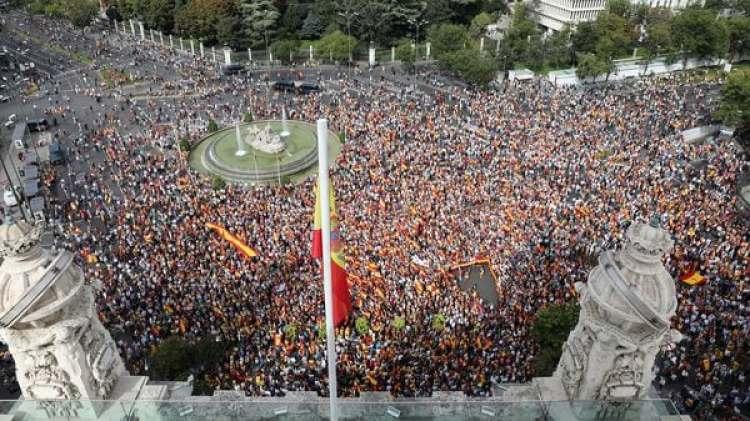 Miles de personas salieron a las calles contra el referéndum catalán (Reuters)