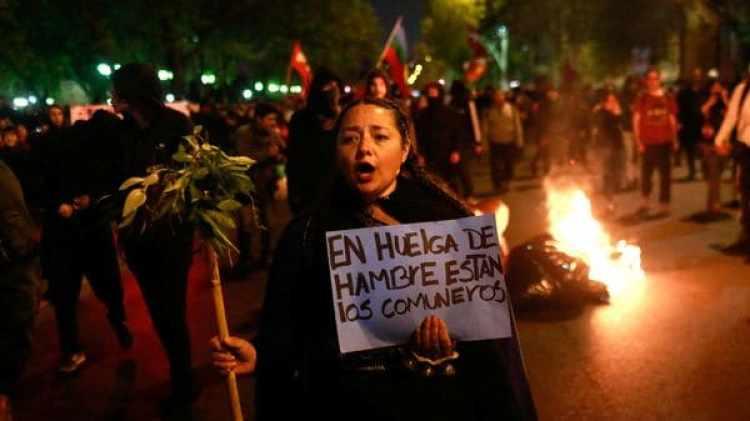 Protestas contra el el gobierno chileno, a favor de los mapuches en huelga de hambre el jueves pasado (Reuters)