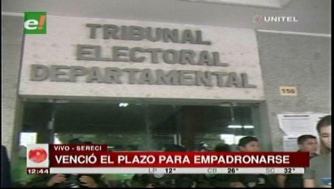 Santa Cruz: Personas protestan en la CDE por no poder empadronarse