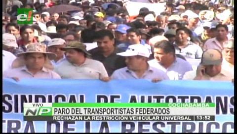Multitudinaria marcha contra la restricción vehicular colapsa el centro de Cochabamba
