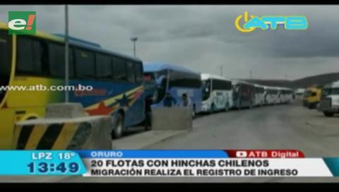 Hinchas chilenos ingresan al país para presenciar el partido Bolivia-Chile