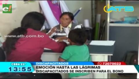 Discapacitados se inscriben para recibir bono