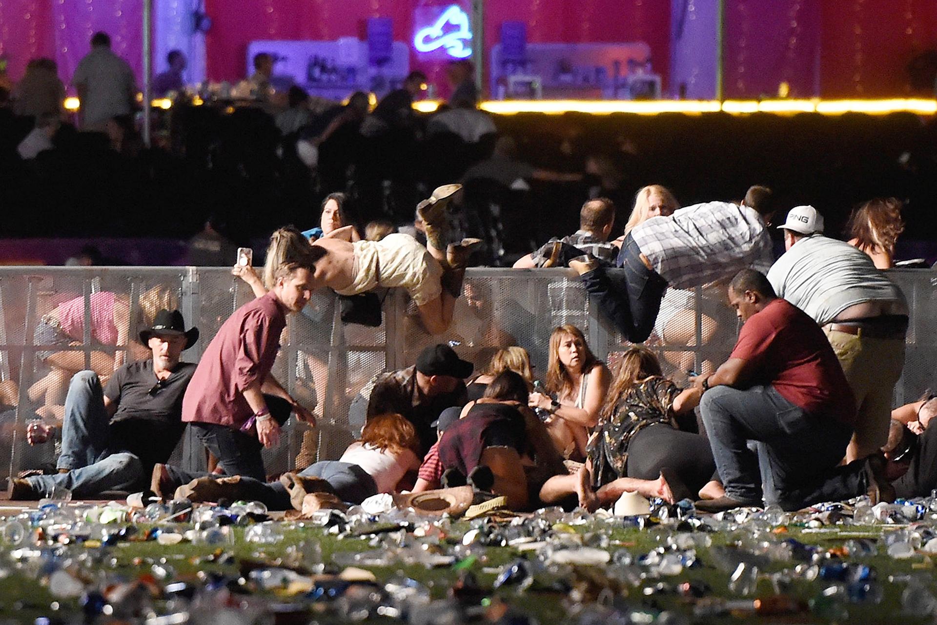 Los asistentes al festival de música country buscan refugio después de que se comenzaron a oir los disparos.