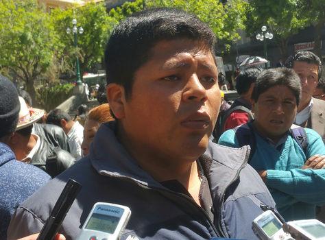 El ejecutivo de Adepcoca, Franklin Gutiérrez, brinda declaraciones a los medios. Foto: La Razón