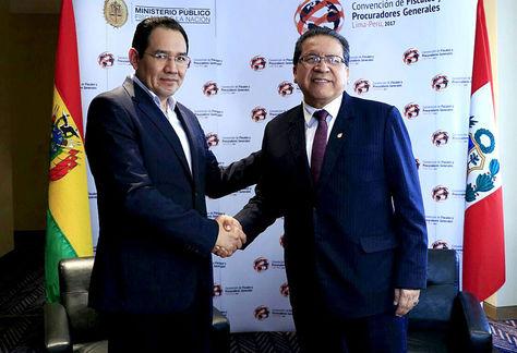 El fiscal Ramiro Guerrero con su par del Perú, Pablo Sánchez.