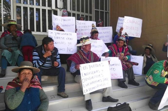 Indígenas del Conamaq en las puertas del TCP1. Foto: CORREO DEL SUR