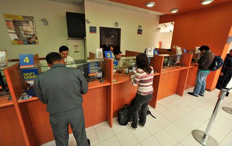 Atención al público en una sucursal del Banco Unión en la ciudad de La Paz.