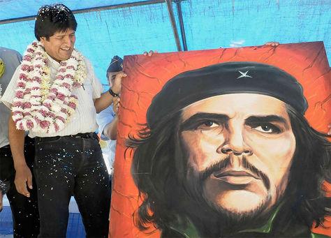"""El presidente Evo Morales junto a un cuadro del comandante cubano argentino Ernesto """"Che"""" Guevara."""