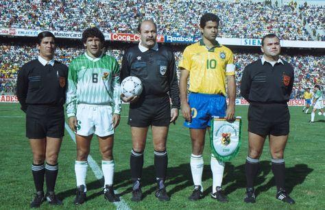 Carlos Borja (izq.) y Raí, los capitanes de Bolivia y Brasil en la previa al cotejo de 1993. Foto: Archivo La Razón