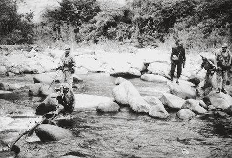 Armas dañadas en el agua. Los soldados del Ejército boliviano caminaban horas por las quebradas y por los ríos de Ñancahuazú. Cargaban armamento que pesaba hasta 20 kilos, en especial morteros. La fuente que proporcionó el material fotográfico asegura que las armas se estropeaban cuando eran sumergidas en el agua.