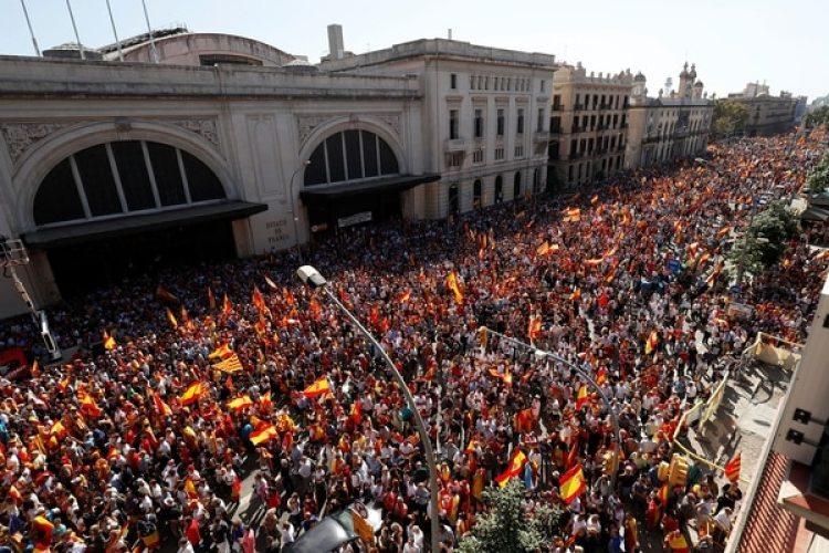 La multitudinaria marcha en Barcelona en favor de la unidad fue organizada por la organización Sociedad Civil Catalana (Reuters)