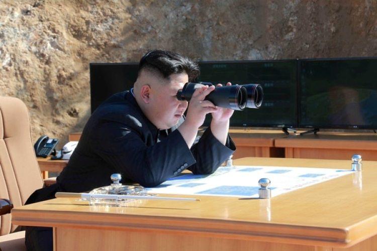 El dictador norcoreano observa el ensayo balístico en una foto difundida por la agencia oficial del régimen de Pyongyang (Reuters)
