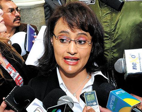 Resultado de imagen de Lenny Valdivia, y al ministro de Economía, Mario Guillén