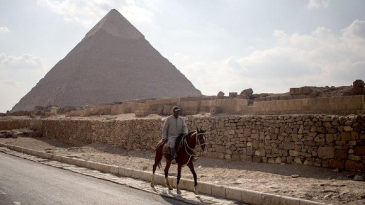 """Se supone que el nuevo descubrimiento perteneció a la dinastía VI (2345-2181 a.C.) en Saqara, por lo que esperan encontrar """"una pirámide satélite"""" de esta reina (Getty Images)"""