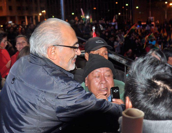 CARLOS MESA, EN LA CONCENTRACIÓN DEL 19 DE OCTUBRE, SALUDA A LOS CIUDADANOS PACEÑOS.