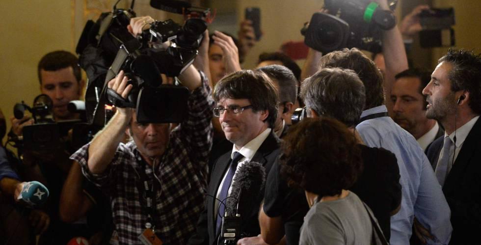 Carles Puigdemont, el pasado martes, rodeado de periodistas.