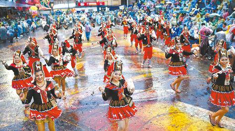 Festividad. Bailarines de los Llameros del Socavón, en la avenida Cívica, en el Carnaval de Oruro 2017.