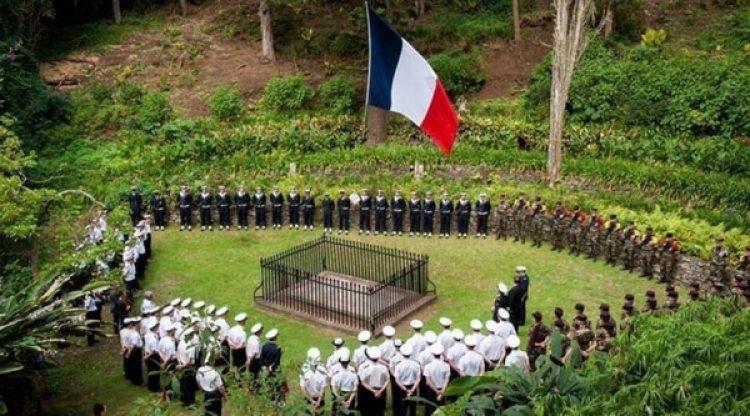 Homenaje a Bonaparte frente a su tumba vacía