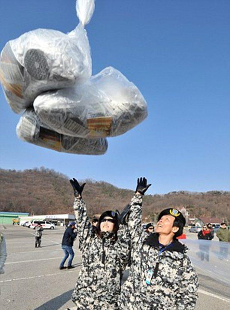 Surcoreanos envían panfletos en un globo con destino a Corea del Norte (AFP)