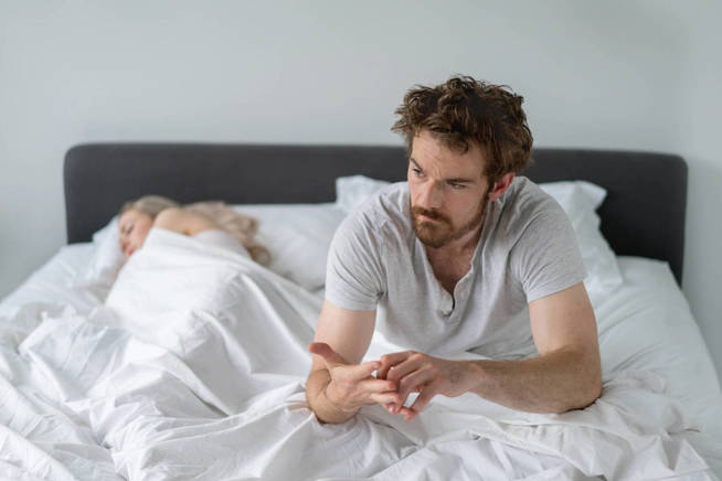 Ha pasado mala noche. Su mujer no callaba. (iStock)