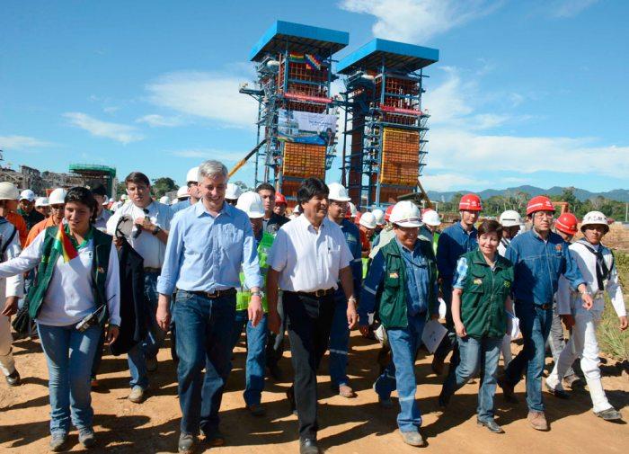 Presidente Evo Morales junto a una comitiva en la inauguración de la planta.