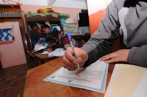 Padres de familia llenan el formulario de preinscripción en un establecimiento educativo de La Paz. Foto: APG