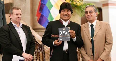 """Presidente del Senado, Alberto Gonzales; el presidente Evo Morales, y Luis Alcázar, autor del libro """"250 Agresiones de Chile a Bolivia por la cuestión marítima"""". Foto:Senado"""