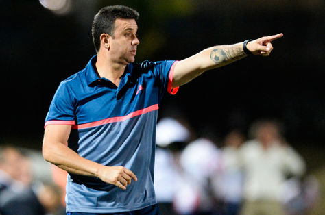 Julio César Baldivieso da instrucciones a sus jugadores durante un partido en el campeonato venezolano. Foto: Archivo AFP