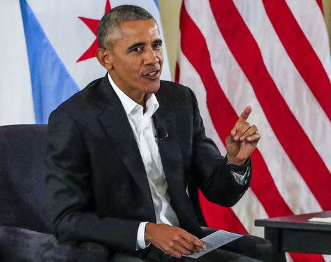 Barack Obama durante una mesa redonda comunal en Chicago. Foto: Archivo EFE