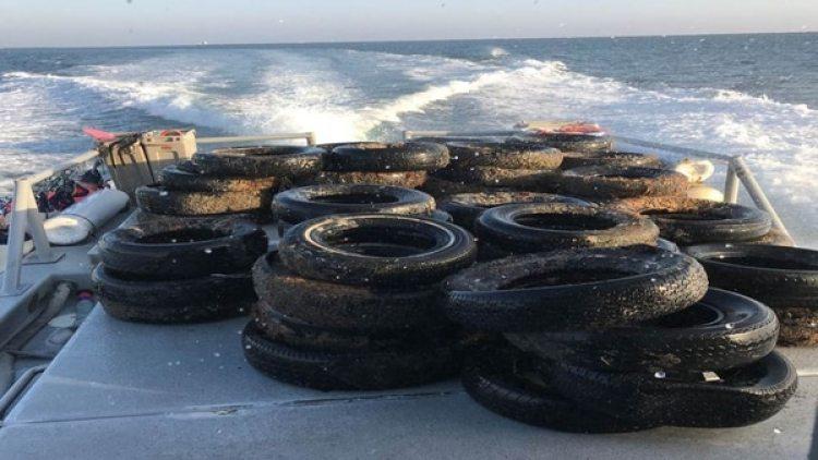 Los buzos retiran han retirado cerca de 100 neumáticos por día