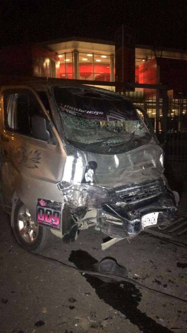 Uno de los minibuses afectados por el choque múltiple.