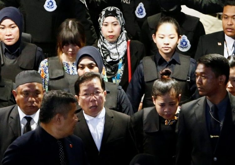 Siti Aisyahy Doan Thi Huong vistieron chalecos antibalas (Reuters)