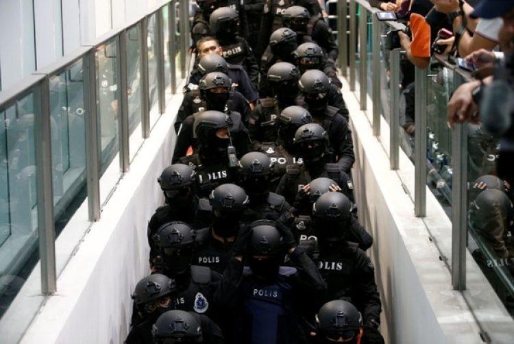 Un fuerte despliegue policial acompañó el operativo (Reuters)