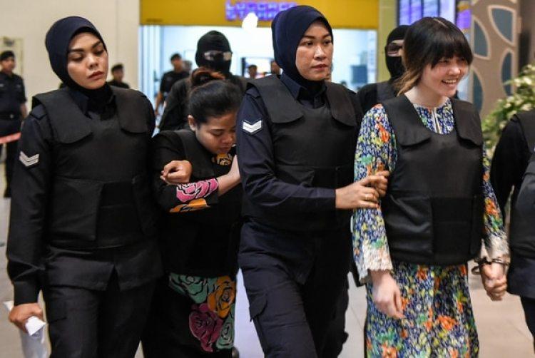 La vietnamita Doan Thi Huong (R) y la indonesia Siti Aishah (2nd, L)son escoltadas por la policía durante su vista al aeropuerto internacional deKuala Lumpur durante una visita a la escena del asesinato de Kim Jong-nam(AFP PHOTO /MOHD RASFAN)