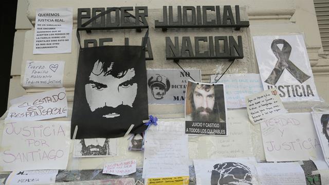 La morgue en su entrada por la calle Junin se llenó de flores y velas y está empapelada con carteles para recordar a Santiago. Foto: LA NACION / Soledad Aznarez