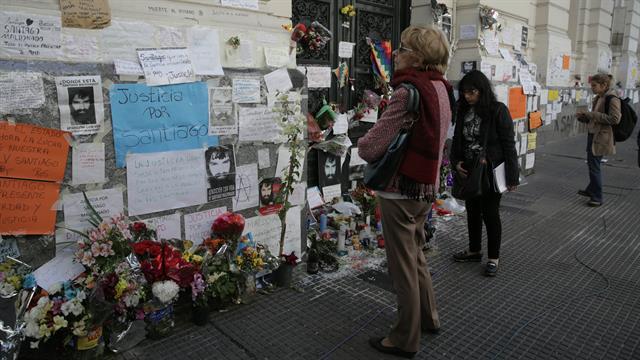Mientras tanto las personas se acercan a la morgue para dejar sus ofrendas para Santiago. Foto: LA NACION / Soledad Aznarez