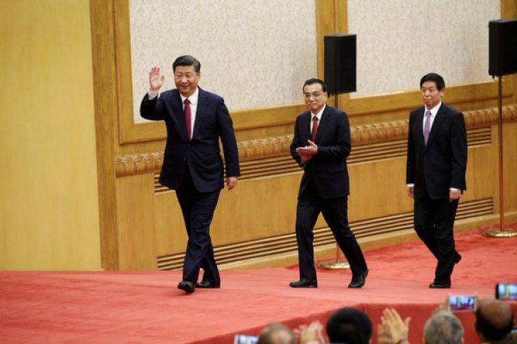 Xi Jinping, Li Keqiang y Li Zhanshu llegan al encuentro con la prensa (REUTERS/Jason Lee)