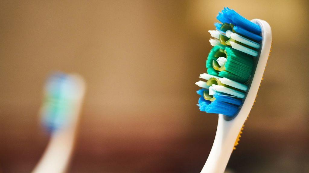 Cambiar nuestro cepillo de dientes periódicamente nos evitará infecciones bucales.