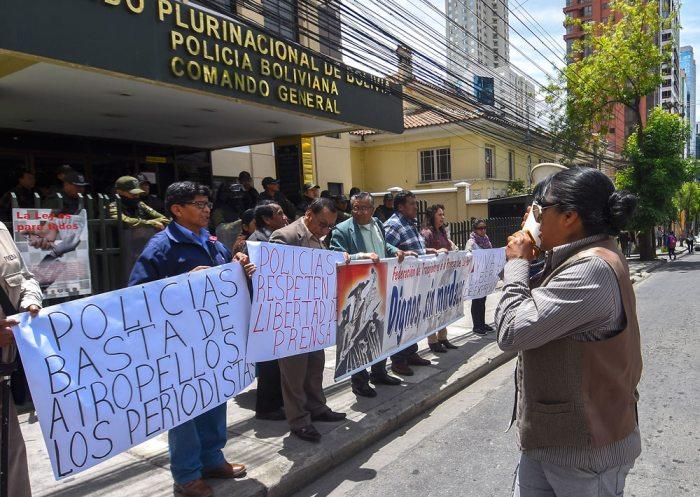 FEDERACIÓN DE TRABAJADORES DE LA PRENSA DURANTE EL PLANTÓN EFECTUADO AYER FRENTE AL COMANDO GENERAL DE LA POLICÍA EN PROTESTA POR LAS CONSTANTES AGRESIONES.