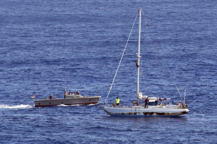 El momento del rescate de las dos mujeres (Mass Communication Specialist 3rd Class Jonathan Clay/U.S. Navy via AP)