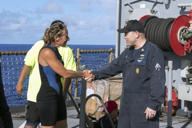 Jennifer Appel recibida a bordo del buque de la Marina estadounidense (Mass Communication Specialist 3rd Class Jonathan Clay/U.S. Navy via AP)