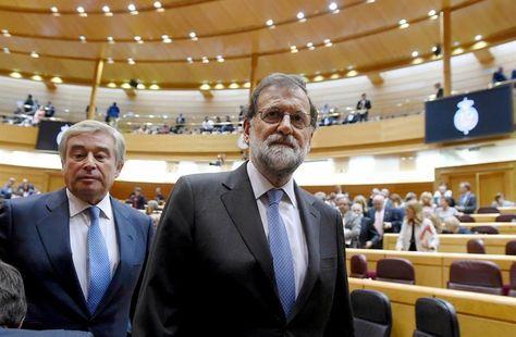 El presidente del gobierno español Mariano Rajoy, tras el pleno del Senado que aprobó hoy por mayoría absoluta el acuerdo del Gobierno con las medidas que, al amparo del artículo 155 de la Constitución, prevén devolver la legalidad constitucional y estatutaria a Cataluña. Foto: EFE