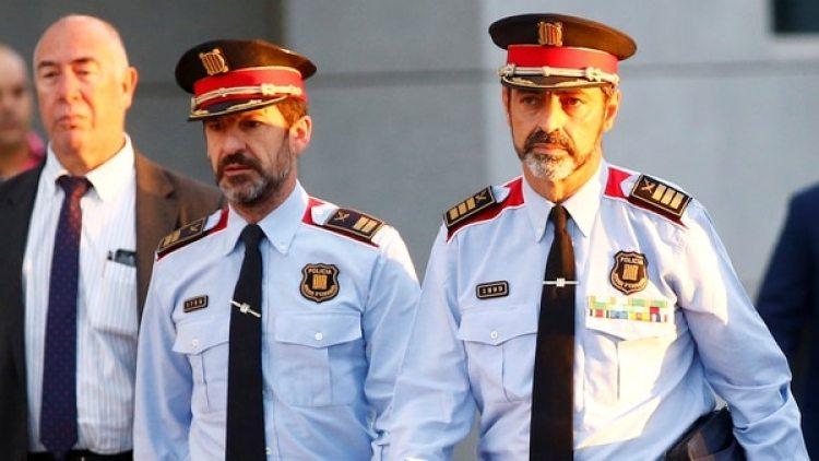 El jefe de la policía catalana, Ferrán López, junto a su antecesor, Josep Lluís Trapero, que fue destituido por el gobierno español