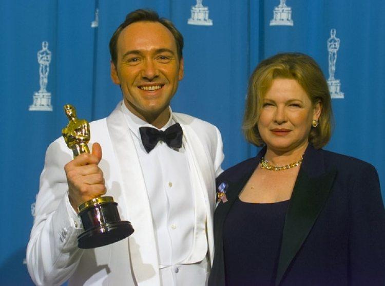 """Kevin Spaceycon su madre Kathleen tras ganar el Oscar por """"Los sospechosos de siempre"""" (Bob Riha, Jr./Getty Images)"""