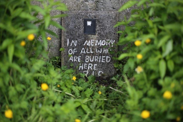 Un mensaje en el sitio donde fueron encontrados los restos de los niños en Tuam, Irlanda. (Niall Carson/PA Images via Getty Images)