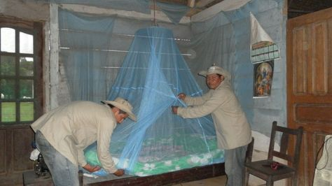 Personal de Salud instala mosquitero sobre una cama. Foto:Ministerio de Salud