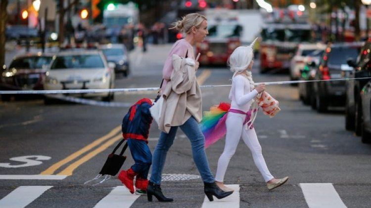 Muchos de los niños se preparaban para el desfile de Halloween del martes por la noche (AFP)