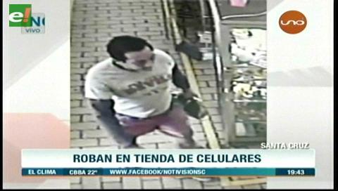 Cámaras registran robo en una tienda de celulares